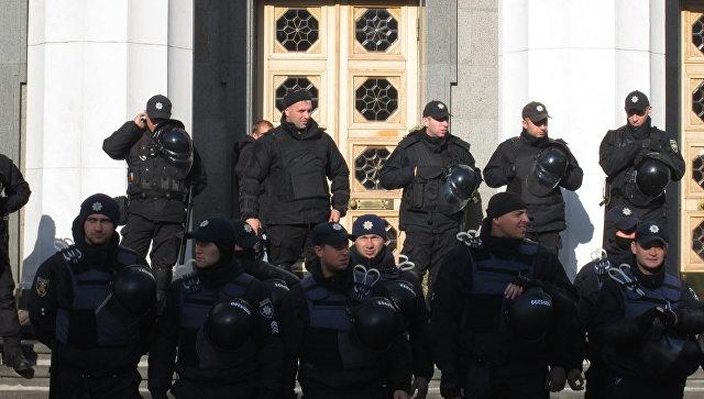 Сотрудники правоохранительных органов у здания Верховной рады Украины в Киеве. 19 октября 2017
