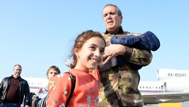 Во время встречи российских детей, возвращенных из Сирии, в аэропорту Грозного. 21 октября 2017