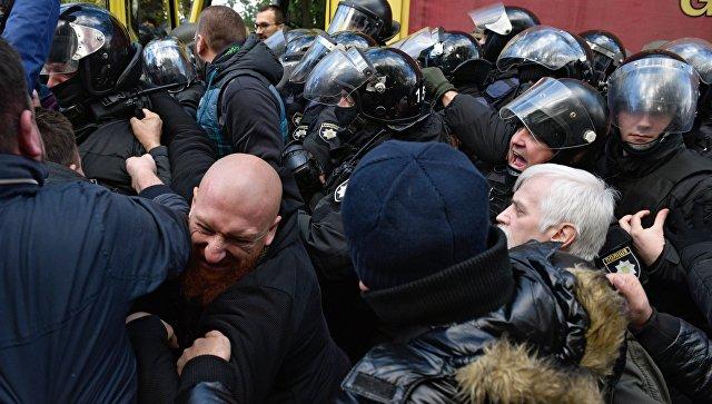 Участники вече у здания Верховной рады в Киеве и сотрудники правоохранительных органов во время драки. 22 октября 2017