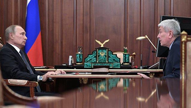Президент РФ Владимир Путин и директор Федеральной службы по финансовому мониторингу Юрий Чиханчин во время встречи. Архивное фото