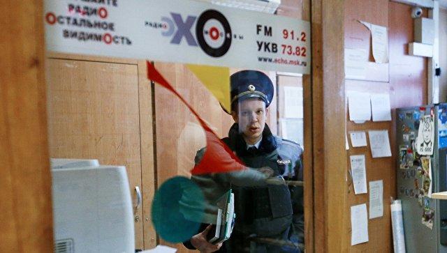 Сотрудник правоохранительных органов в студии радиостанции Эхо Москвы. 23 октября 2017