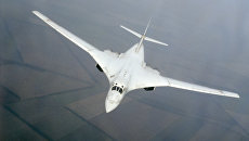 Сверхзвуковой стратегический бомбардировщик Ту-160 в воздухе. Архивное фото
