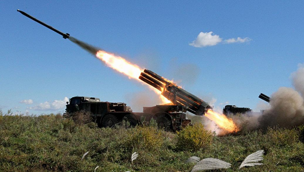 Реактивная артиллерийская батарея системы залпового огня БМ-27 Ураган во время стрельбы на учениях артиллерийских подразделений 5-й общевойсковой армии с зачетными боевыми стрельбами на Сергеевском полигоне в Приморском крае. Архивное фото