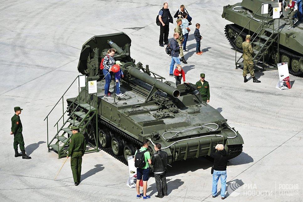 Посетители у 240-мм самоходного миномёта 2С4 Тюльпан