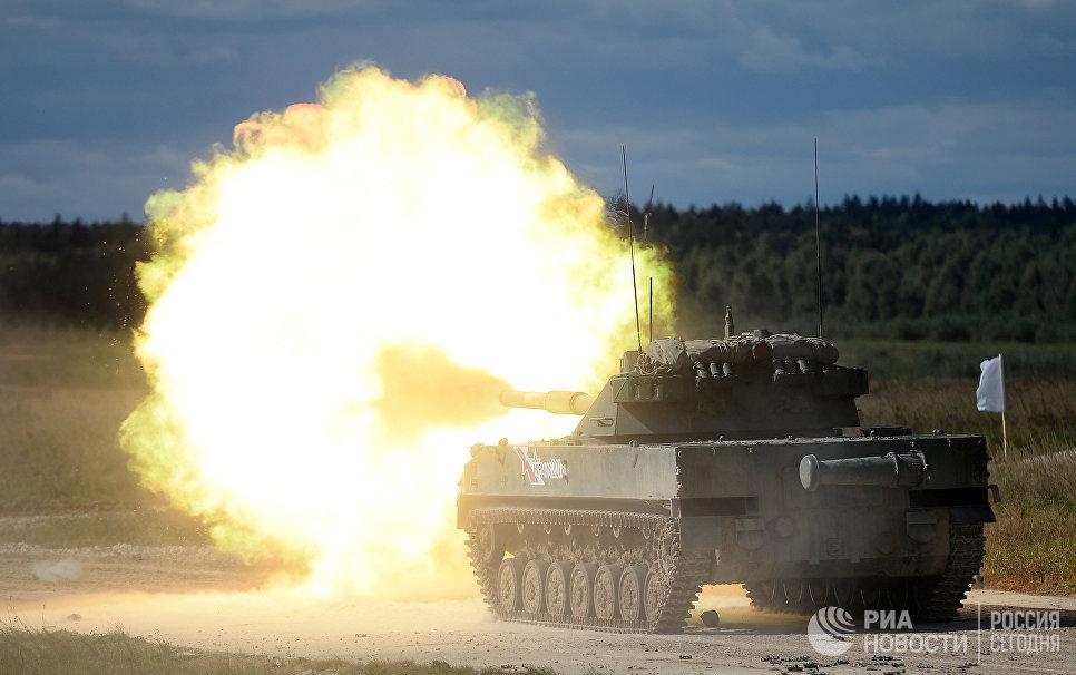 Самодвижущаяся противотанковая пушка Спрут-Б во время показательных учений на полигоне Алабино на международном военно-техническом форуме Армия-2016