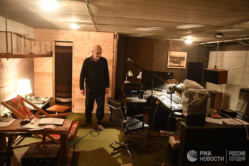 Поэт и музыкант Петр Мамонов в своей домашней студии.