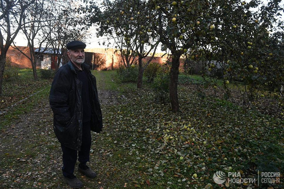 Поэт и музыкант Петр Мамонов в саду своего загородного дома.