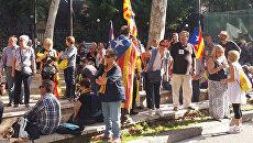 Участники акции в поддержку провозглашения независимости у здания парламента Каталонии в Барселоне. 27 октября 2017