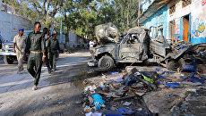 Офицеры безопасности на месте взрыва бомбы у ворот гостиницы возле президентского дворца в Могадишо, Сомали. 29 октября 2017