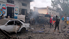 Последствия взрыва бомбы у ворот гостиницы возле президентского дворца в Могадишо, Сомали. 28 октября 2017