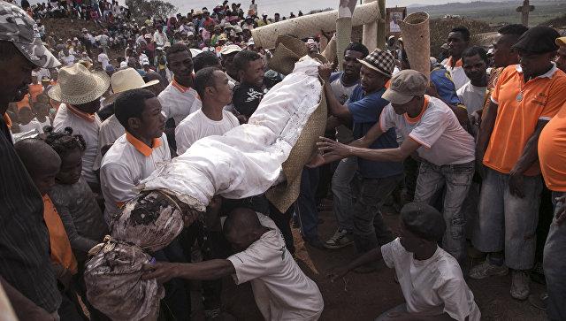 Во время погребальной традиции Фамадихана в деревне Амбохифафи