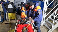 Спасатели МЧС России пред началом посиковых работ на дне моря на Шпицбергене. 29 октября 2017