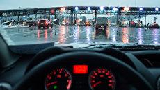 Автомобили на пункте оплаты проезда платного участка трассы М-11 Москва - Санкт-Петербург. Архивное фото