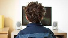 Подросток за компьютером. Архивное фото