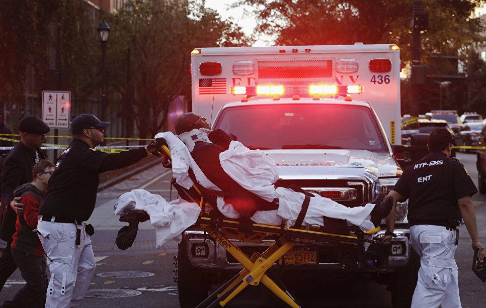 Оказание помощи пострадавшему на месте наезда грузовика на людей в Нью-Йорке. 31 октября 2017