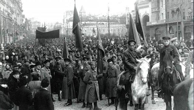 Демонстрация в честь первой годовщины Советской власти. Архивное фото