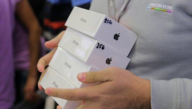 Продавец во время старта продаж нового смартфона iPhone X в магазине Связной на Тверской улице в Москве