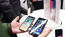 Новые смартфоны iPhone X во время старта продаж. Архивное фото