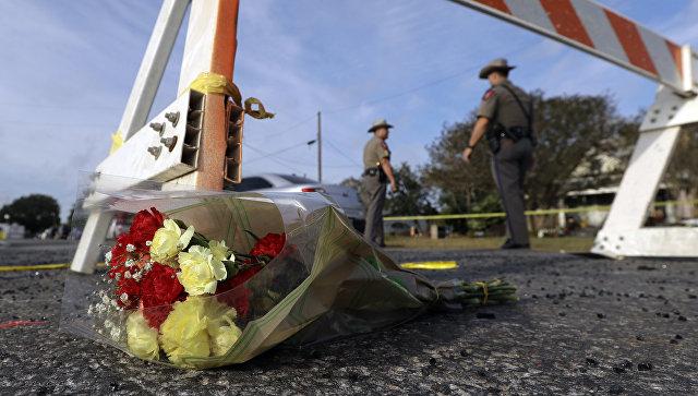 Цветы у блокпоста, где сотрудники правоохранительных органов работают на месте стрельбы у церкви в Сазерленд-Спрингс в Техасе, США. 5 ноября 2017