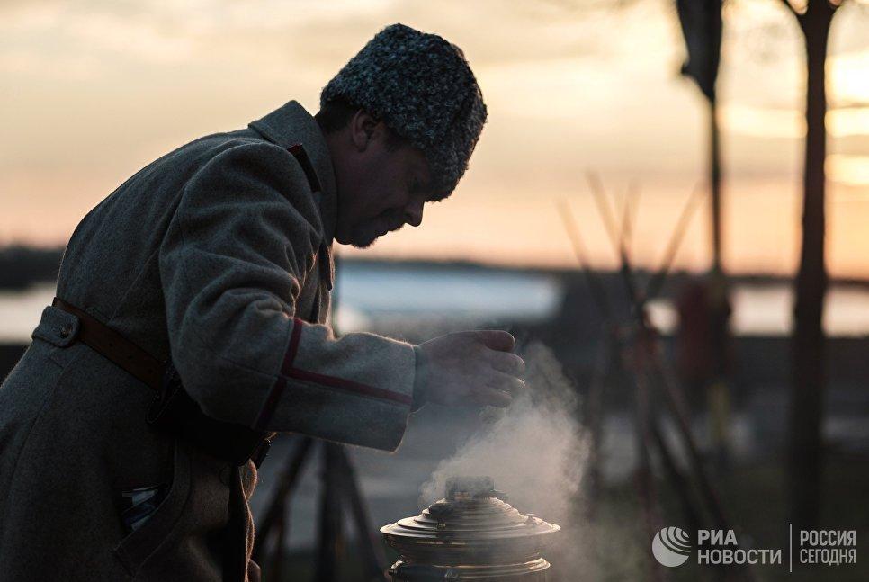 Участник интерактивной исторической реконструкции Петроград 1917, посвященной 100-летию Октябрьской революции, в Санкт-Петербурге