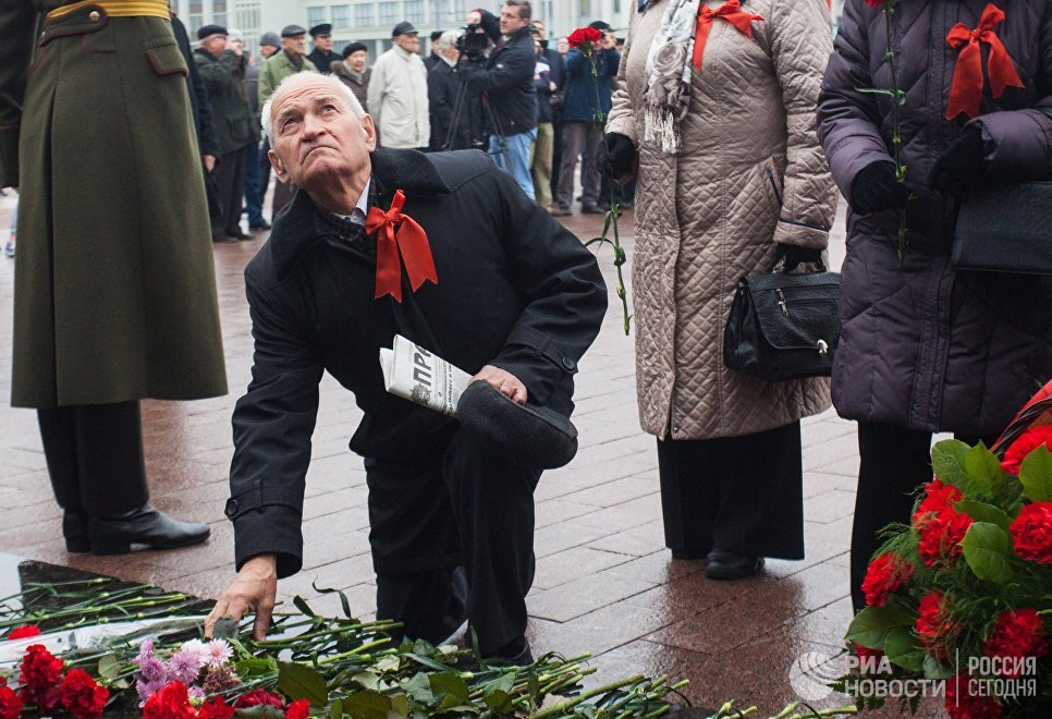 Церемония возложения цветов к памятнику В. И. Ленина в честь празднования 100-летия Великой Октябрьской социалистической революции в Минске