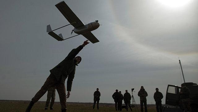 Украинский военнослужащий запускает БПЛА. Архивное фото