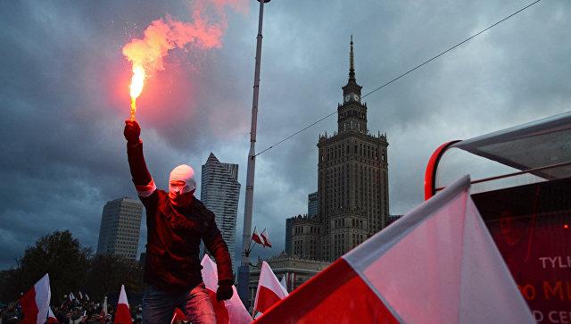 Участник марша по случаю Дня независимости Польши в Варшаве. 11 ноября 2017