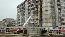 Сотрудники МЧС РФ продолжают работы на месте обрушения части жилого панельного дома по Удмуртской улице в Ижевске. 12 ноября 2017