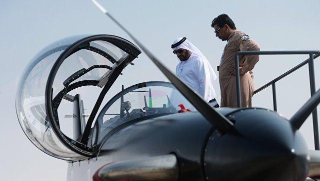 Посетитель осматривает турбовинтовой самолет B-250 компании CALIDUS на Международной авиационно-космической выставке Dubai Airshow 2017