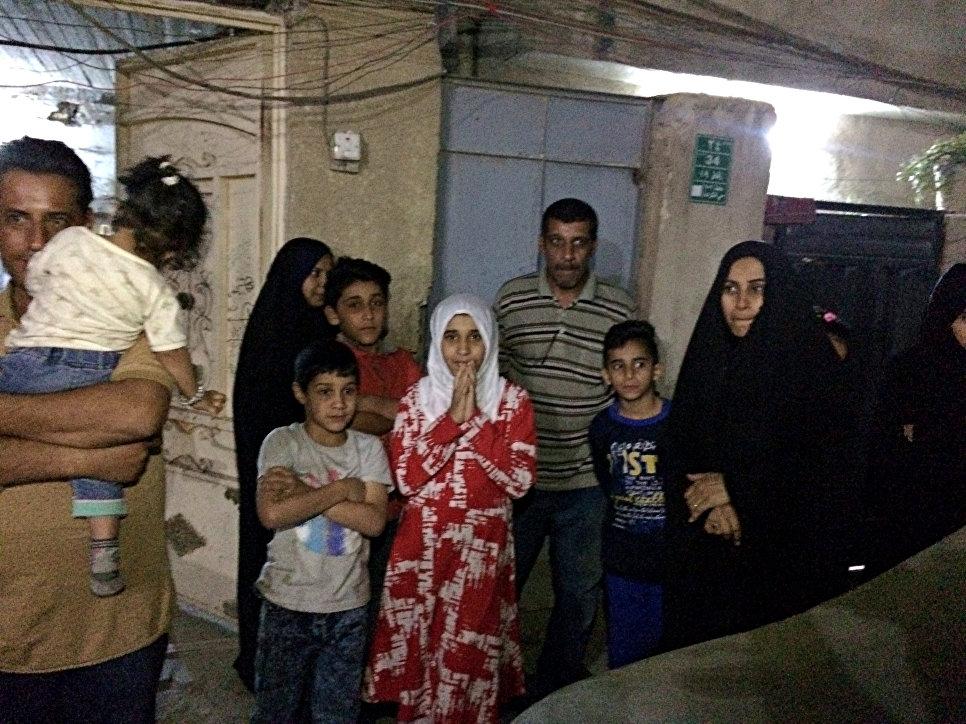 Люди на улице после афтершоков от землетрясения в Багдаде, Ирак. 12 ноября 2017