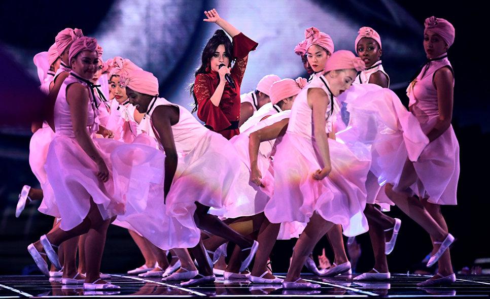 Кубино-мексиканская певица Камила Кабельо во время выступления на MTV Europe Music Awards
