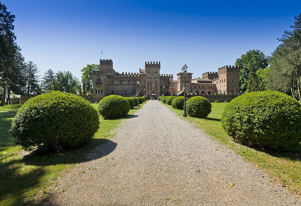 Почти царское жилье: особняки и крепости, в которых можно поселиться