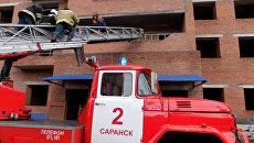 Спасательные работы на месте обрушения лестничных пролетов в строящемся здании в Саранске. 13 ноября 2017