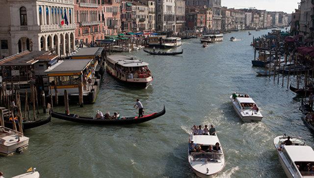 ВВенеции французские туристы угнали гондолу, однако  несмогли еюуправлять
