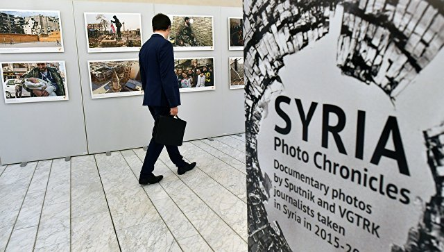 Посетитель на открытии выставки Сирия. Фотохроники войны в здании Европейского парламента в Страсбурге. 14 ноября 2017