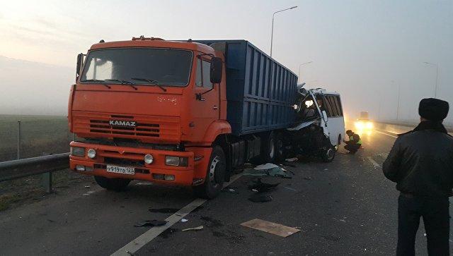 Столкновение автомобиля Камаз и микроавтобуса Газель Нэкст на территории Азовского района Ростовской области. 15 ноября 2017