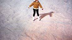 Посетительница на катке Лед в парке Сокольники. Архивное фото