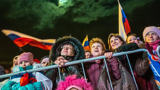 Жители Симферополя на концерте Крым-Весна, который проходит на площади Ленина в центре города, в день голосования на референдуме о статусе Крыма. 2014 год