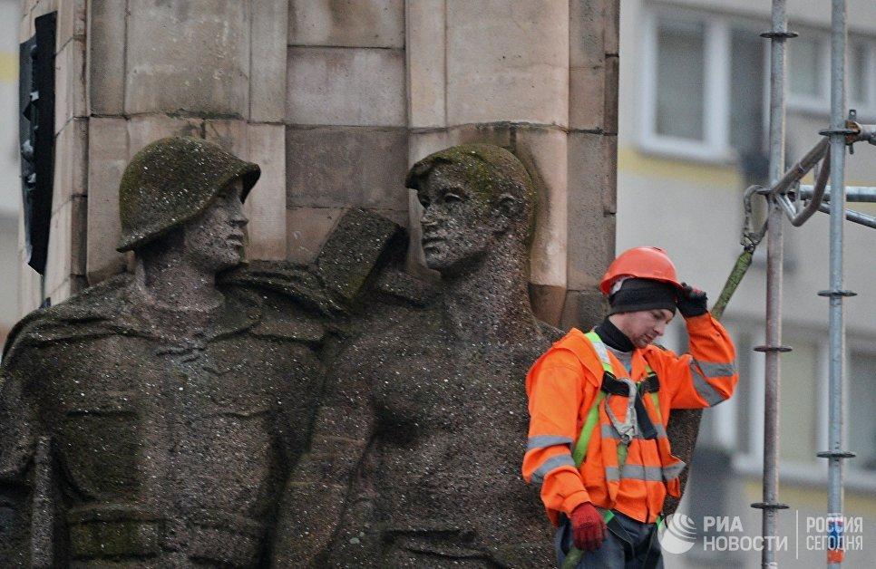 Рабочий во время монтажа строительных лесов памятника благодарности Красной армии в центре города Щецин. 16 ноября 2017