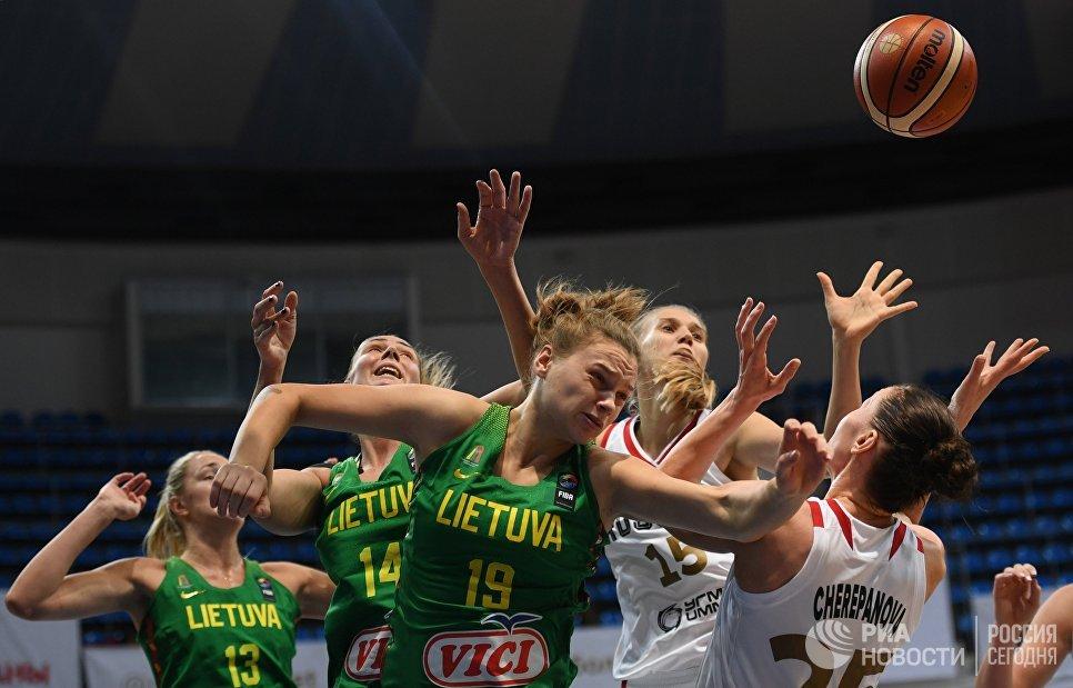Игроки сборных Литвы и России в матче отборочного турнира чемпионата Европы по баскетболу