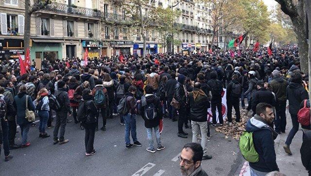 В Париже проходит массовая манифестация против реформ Макрона