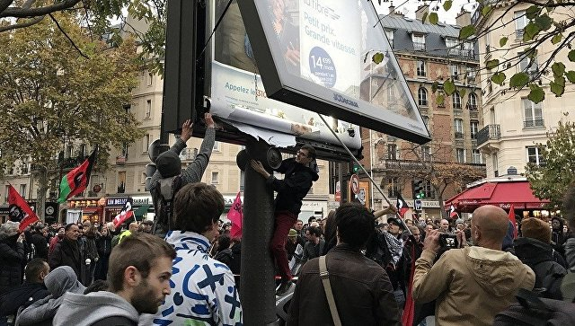 В Париже протестующие против политики Макрона устроили погромы