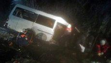 Сотрудники МЧС России у пассажирского микроавтобуса, попавшего в ДТП в Килемарском районе Республики Марий Эл. 16 ноября 2017