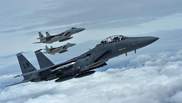 Истребители F-15C и F-15E ВВС США в небе