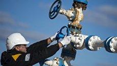 Рабочий на нефтяном месторождении. Архивное фото