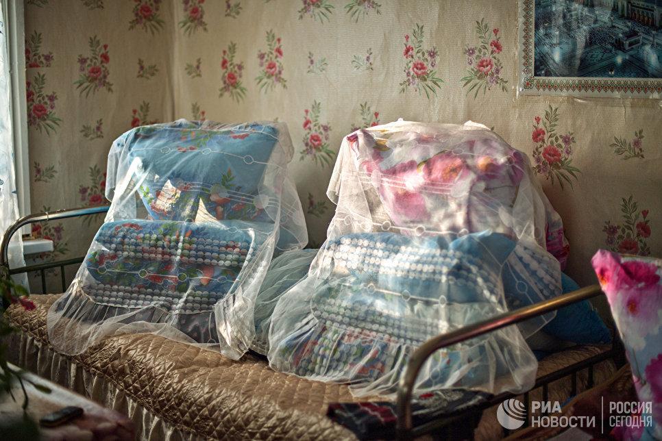 Кровать в доме Шагидэ эби заправлена по старинке.