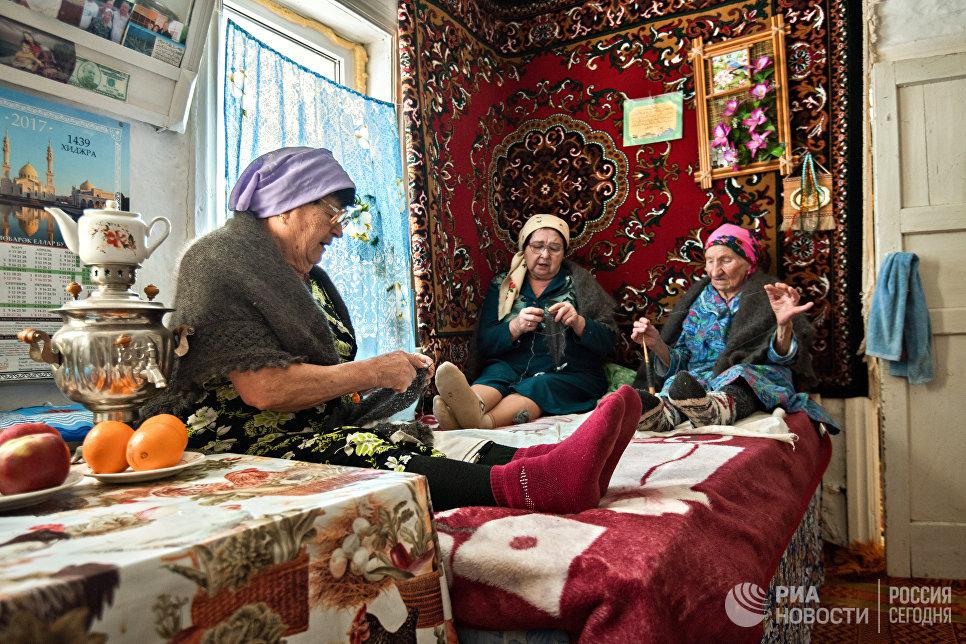 Традиция вечерних посиделок все еще сохраняется в селе Татарский Саракташ. Женщины собираются вместе и за вязанием обсуждают новости, поют песни.
