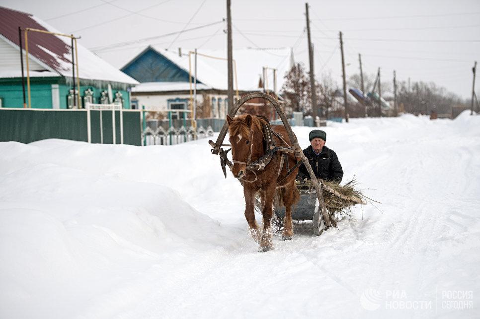 Заснеженная улица села Желтое Оренбургской области. Многие жители из Желтого привозят свои платки на  платочный рынок у станции Саракташ.