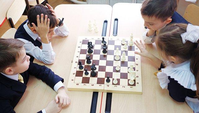 Ученики на практическом занятии по игре в шахматы. Архивное фото