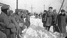 Советские офицеры проходят мимо немецких пленных. Сталинград, январь 1943 года. Архивное фото